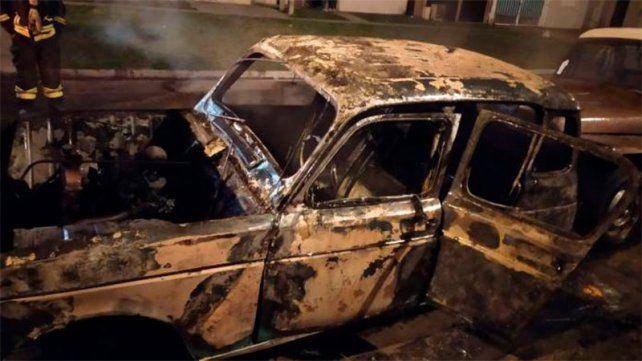 Incendiaron un automóvil y se dieron a la fuga