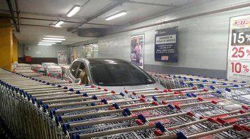 estaciono mal y asi reaccionaron los empleados del supermercado