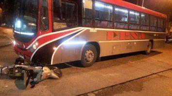 motociclista sufrio fracturas al chocar con un colectivo