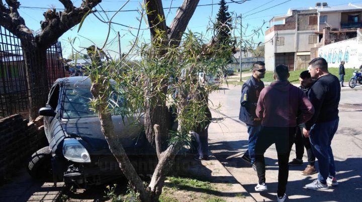 Chocaron un tapial, y luego una reja y un árbol, por huir de la Policía