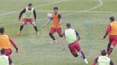 En el ataque. Cristian Tarragona sostiene el balón en la ofensiva. El ex-Platense buscará hacerse presente en la red.