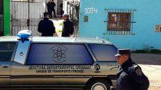 una mujer fue asesinada y el femicida se suicido: se apunalo e intento quemar la casa