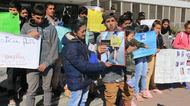 Por el homicidio de un joven reclamaron Justicia frente a los Tribunales