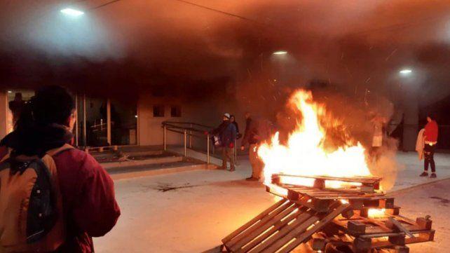 Protesta frente a la Legislatura de Chubut tras la muerte de dos docentes.