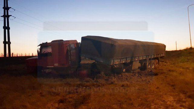 Choque frontal entre un automóvil y un camión: Un hombre perdió la vida