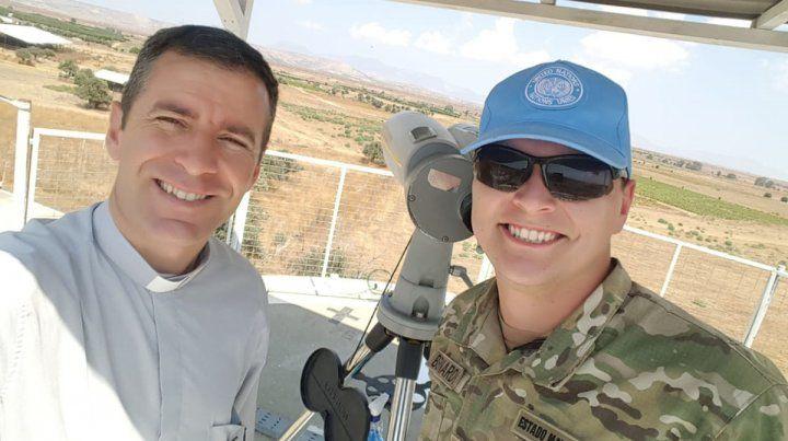TRABAJO. El padre Leandro junto a un integrante del contingente argentino en un puesto de observación.