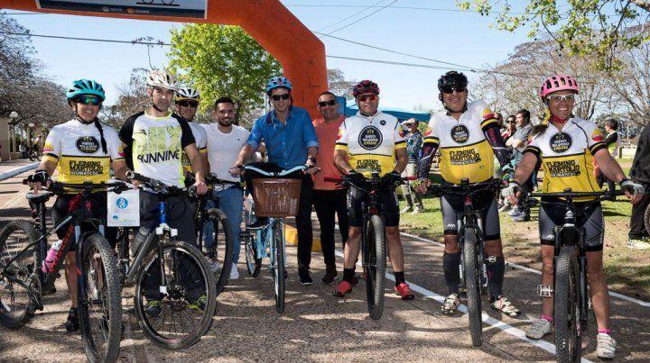 Los ciclistas con los funcionarios.