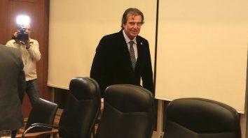 Si el gobernador quiere que haya funcionarios que ganan más que él, es un problema suyo, aseguró Castrillón