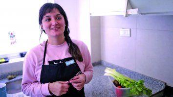 paula eder elabora una practica y aromatica sopa de remolachas