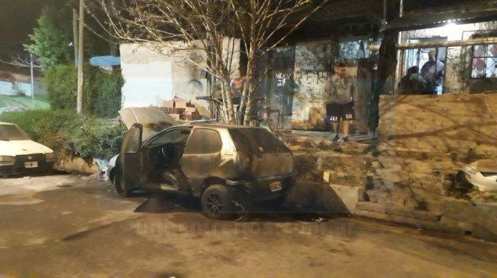 Incendiaron un auto que estaba en reparación, en la calle
