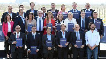 La foto de familia con que el peronismo acompañó a la candidata mendocina.
