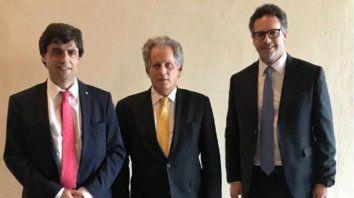 Sonrisas. Los negociadores argentinos junto a Lipton (en el medio). Vuelven al país sin definiciones concretas.