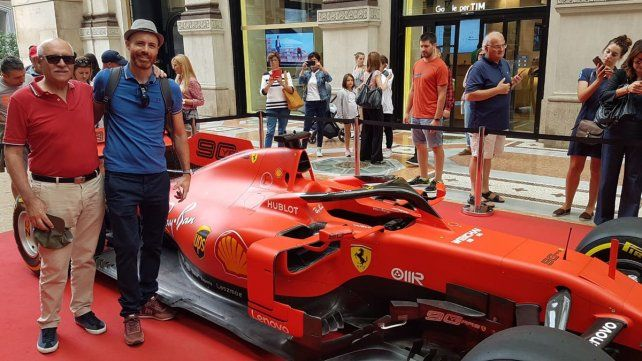 En familia. Miguel posando junto a una réplica de Ferrari junto a su hijo Juan Manuel