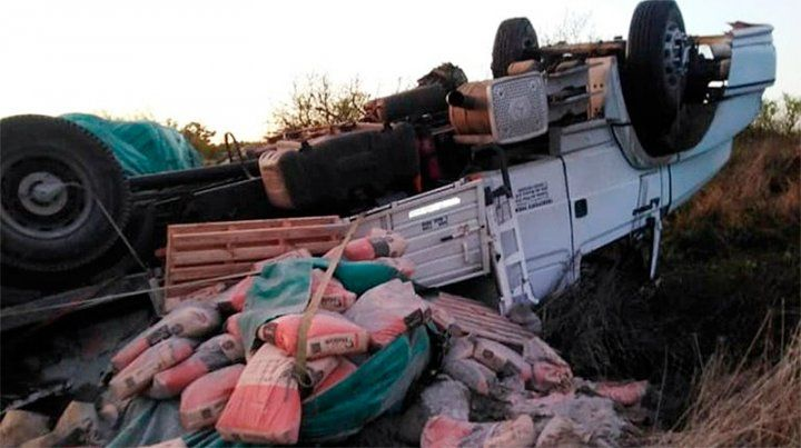 Camión volcó por mala maniobra en ruta 2