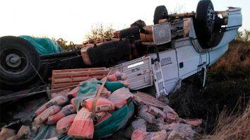camion volco por mala maniobra en ruta 2