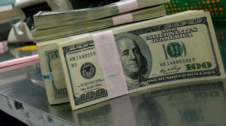 El dólar cerró a $63,45 en el debut del cepo