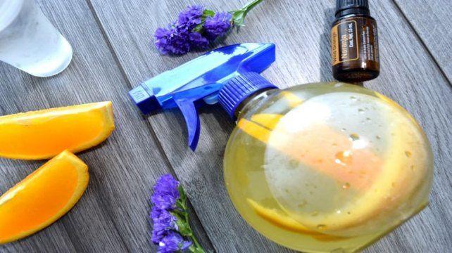 Los aceites de la cáscara de naranja resultan ser un desengrasante óptimo para eliminar la grasa de las superficies de la cocina.