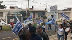 por despidos, protestaron frente a la escuela san francisco de asis