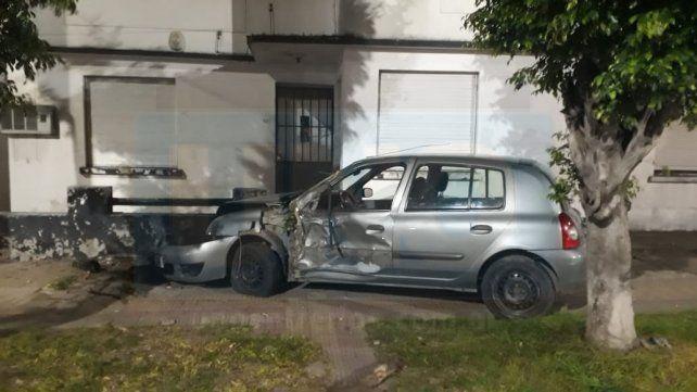 Perdió el control del vehículo, que impactó contra un árbol y el frente de una casa