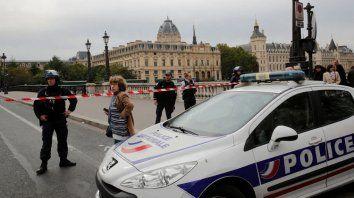 Cuatro policías muertos en un ataque en París
