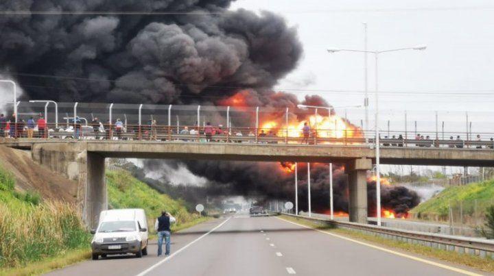 Video: Un camión cisterna se incendió en plena autovía 14