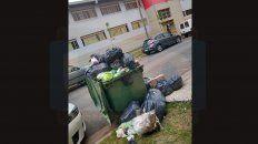 contenedores colmados frente a la escuela san jose obrero