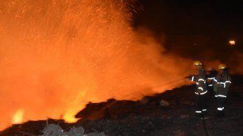 en accion: asi apagan un incendio en la toma vieja los bomberos voluntarios