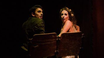 Elenco. Santiago Pereiro y Ana Salinas dan vida a Vittorino y su novia, quien se resiste a pasar al olvido.