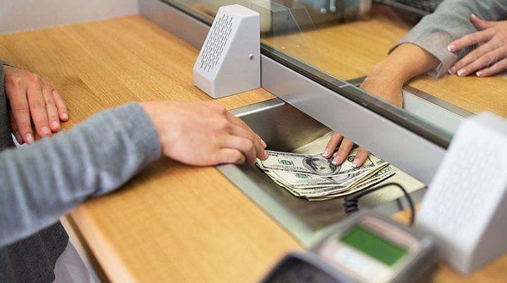 Los depósitos en dólares de privados cayeron casi 20% en septiembre