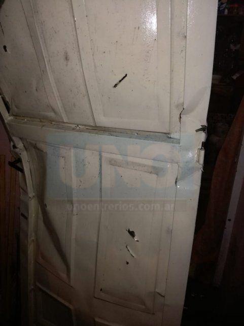 Pura violencia. La puerta de la casa de la madre fue destruida en el ataque del muchacho.