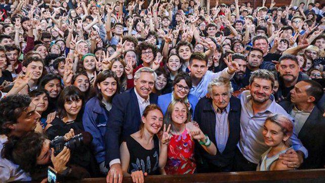 Encuentro. Miles de jóvenes asistieron ayer a escuchar los discursos en el Colegio Nacional.