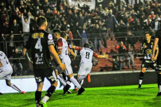 Zuqui (con la 8), había marco dos goles pero marró el penal.