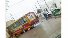Choque entre Colectivo y una camioneta bajo la lluvia
