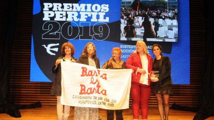 Las integrantes del Basta levantando la bandera en Buenos Aires.