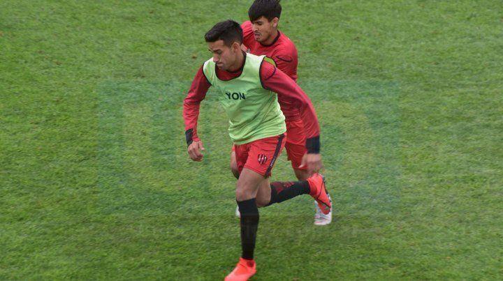 En acción. Barreto maneja el balón ante la marca de Aruga.