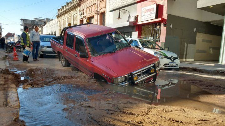 Una camioneta cayó en un socavón en pleno centro de Paraná