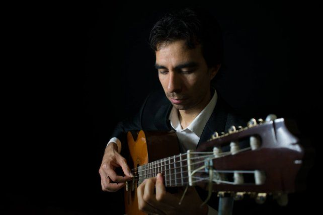 Hernando Pico Rubio se presenta con su guitarra y en compañía de artistas amigos