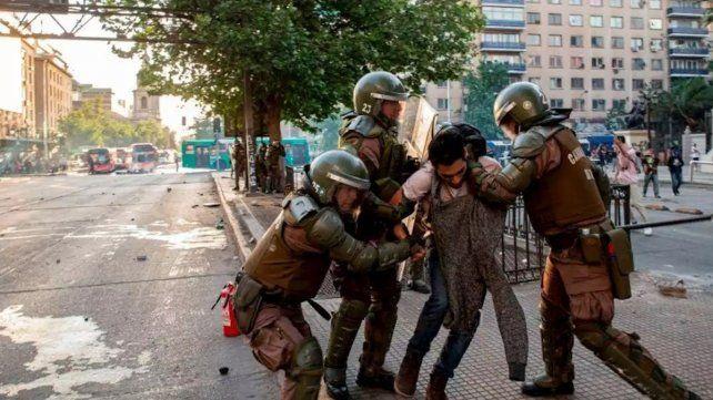 Piñera suspende el aumento del pasaje del metro en Santiago