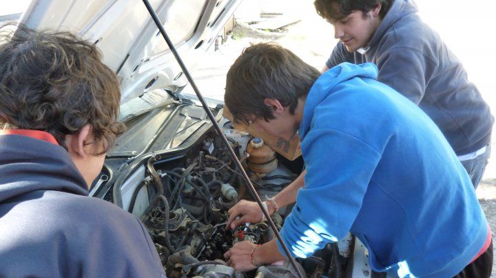 Alumnos secundarios están convirtiendo un vehículo utilitario con motor diesel   en otro eléctrico que será autosustentable