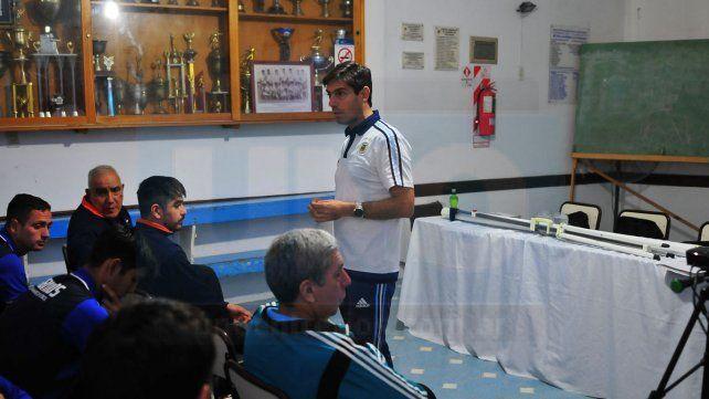 De otro nivel. Gustavo Rossi en plena acción explicándole a los colegiados que estuvieron presentes.