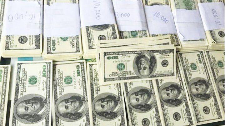 El dólar supera los $62; el blue salta a $69,75
