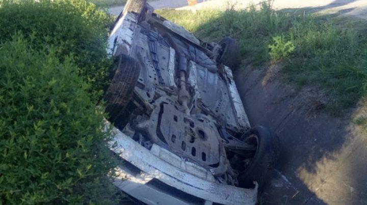 Automovilista perdió el control del vehículo y volcó