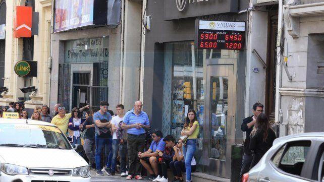 Paraná: A tres días de las elecciones hay largas filas para comprar dólares