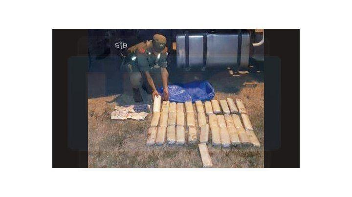 Para el viaje. El camionero adquirió los 160 paquetes de hojas de coca en la provincia de Salta.