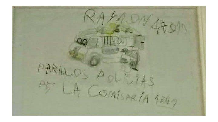 Cariño. El niño les regaló a la comisaría un dibujo que se encuentra encuadrado.