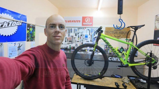 Constructor y ganador. Leandro tiene su taller y llegó a exportar sus articulos. El domingo será campeón entrerriano de Mountain Bike.