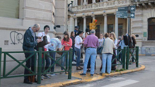 En la escuela Normal de Paraná minutos antes de las 8 los vecinos aguardaban que se abran las puertas