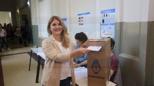 La concejala Estefanía Cora, candidata a Diputada Nacional emitió su voto en la Escuela Belgrano esta mañana y esperará los resultados en el Centro Provincial de Convenciones, donde estará el Centro de Cómputos