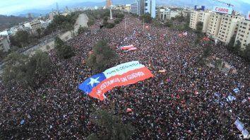 Protesta. Chile se despertó es la consigna que enarbolan los manifestantes, luego de décadas de opresión.