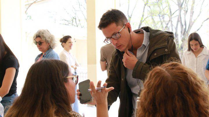 Sebastián Gálligo entrevistando a las autoridades de mesa.
